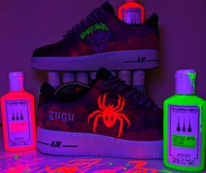 Akrylowe farby uv do customizacji sneakersow i jeansu świecące w ciemności