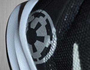 Metaliczna farba do customizacji kicksów i jeansu w kolorze aluminium